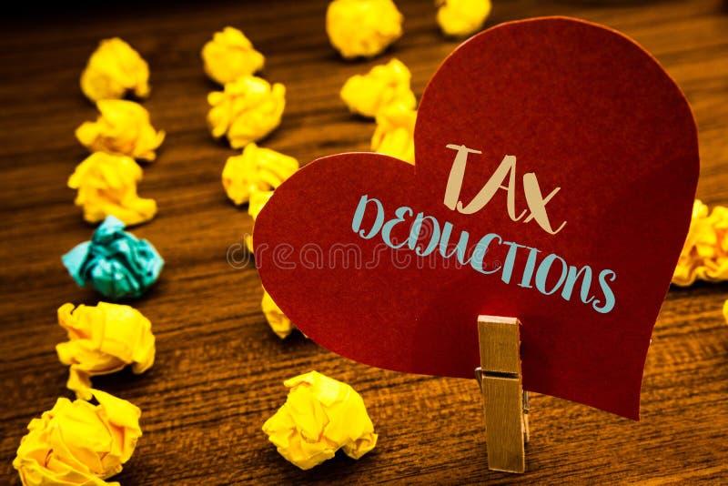 Sinal do texto que mostra deduções fiscais A redução conceptual da foto no dinheiro das economias do investimento dos impostos re foto de stock