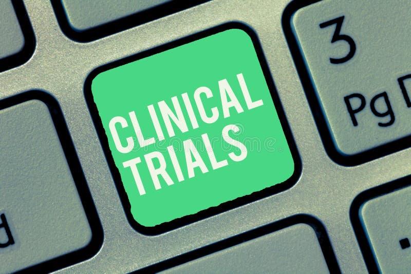 Sinal do texto que mostra ensaios clínicos Investigação conceptual da pesquisa da foto aos tratamentos novos a mostrar fotografia de stock royalty free