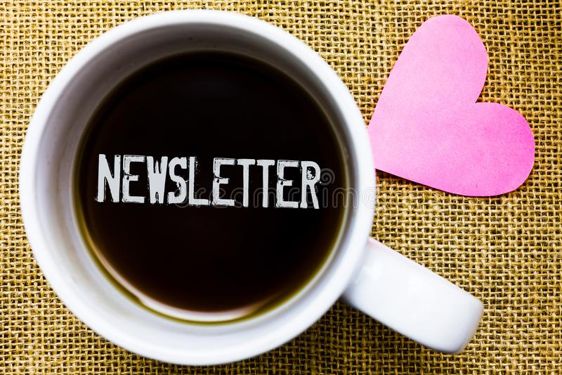 Sinal do texto que mostra o boletim de notícias Boletim conceptual da foto enviado periodicamente ao copo de café subscrito do te fotos de stock royalty free