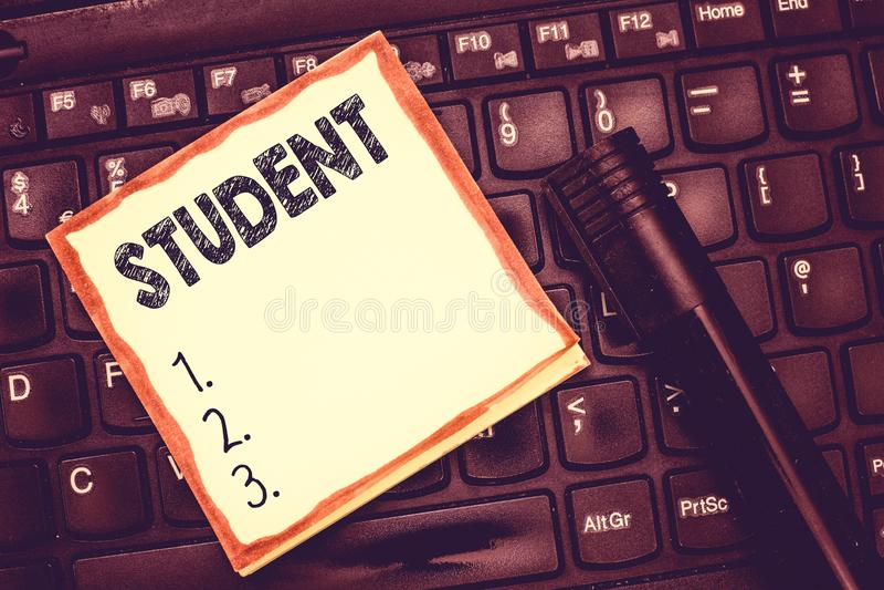 Sinal do texto que mostra o estudante Pessoa conceptual da foto que está estudando o aluno da escola que recebe a aprendizagem da foto de stock