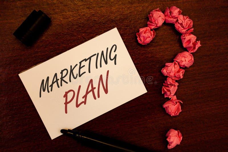 Sinal do texto que mostra o plano de marketing As estratégias conceptuais da propaganda de negócio da foto introduzem no mercado  ilustração royalty free