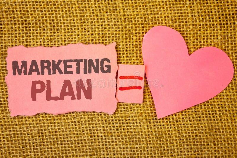 Sinal do texto que mostra o plano de marketing As estratégias conceptuais da propaganda de negócio da foto introduzem no mercado  fotos de stock royalty free