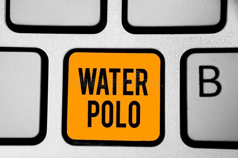 Sinal do texto que mostra o polo aquático O esporte de equipe competitivo da foto conceptual jogou na água entre a chave alaranja fotografia de stock
