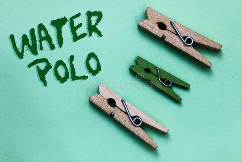 Sinal do texto que mostra o polo aquático O esporte de equipe competitivo da foto conceptual jogou na água entre dois o vint verd imagens de stock