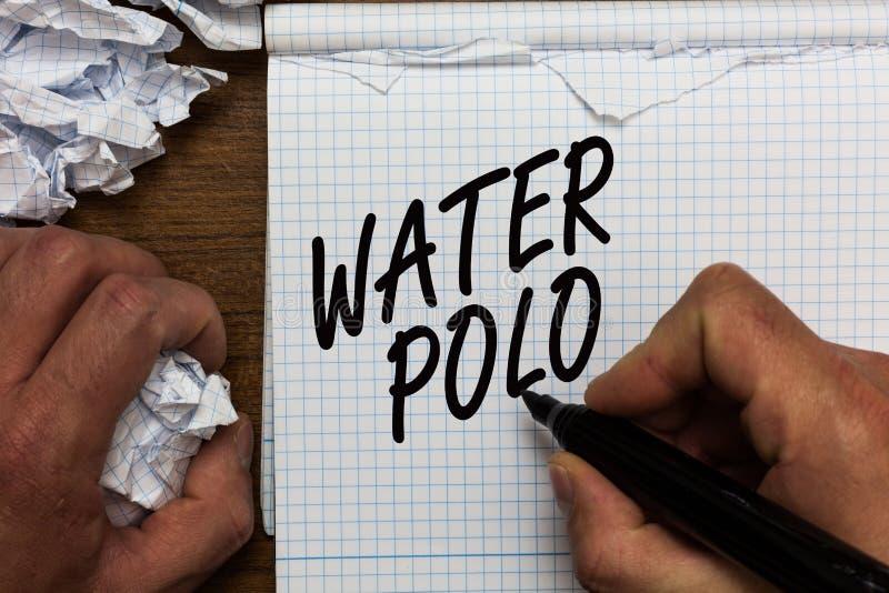 Sinal do texto que mostra o polo aquático O esporte de equipe competitivo da foto conceptual jogou na água entre o homem de duas  fotos de stock