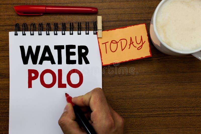 Sinal do texto que mostra o polo aquático O esporte de equipe competitivo da foto conceptual jogou na água entre o homem de duas  imagens de stock royalty free