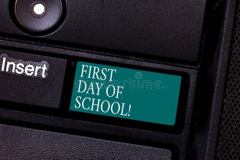 Sinal do texto que mostra o primeiro dia da escola Retorno conceptual da foto da sala de aula do estudo ao teclado da motivação d foto de stock