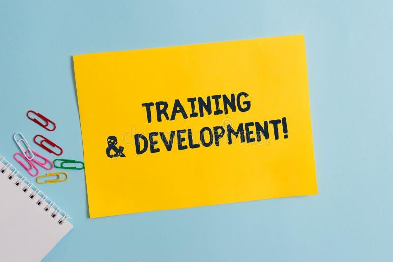 Sinal do texto que mostra o treinamento e o desenvolvimento A foto conceptual organiza a aprendizagem adicional expede habilidade imagens de stock royalty free