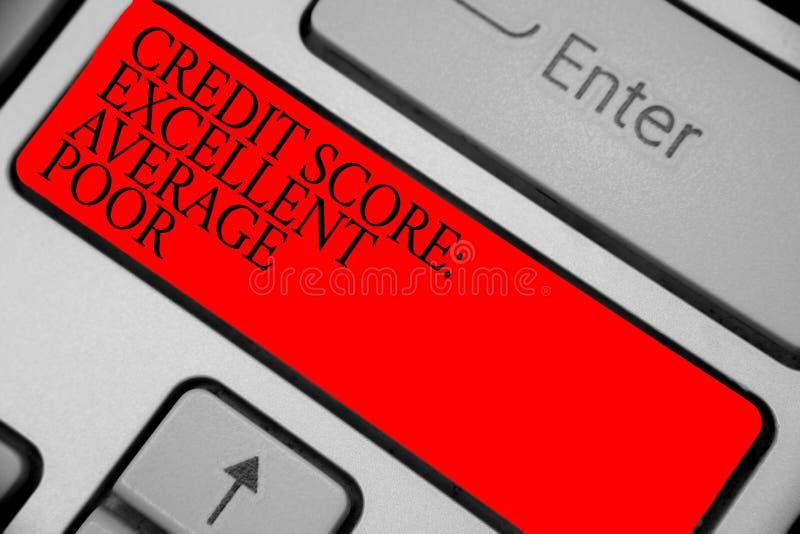 Sinal do texto que mostra pobres médios excelentes da pontuação de crédito Nível conceptual da foto de chave vermelha do teclado  fotografia de stock royalty free