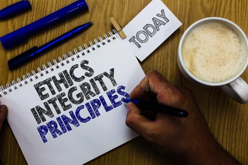 Sinal do texto que mostra princípios da integridade das éticas Qualidade conceptual da foto de ser honesto e de ter o homem moral imagens de stock royalty free