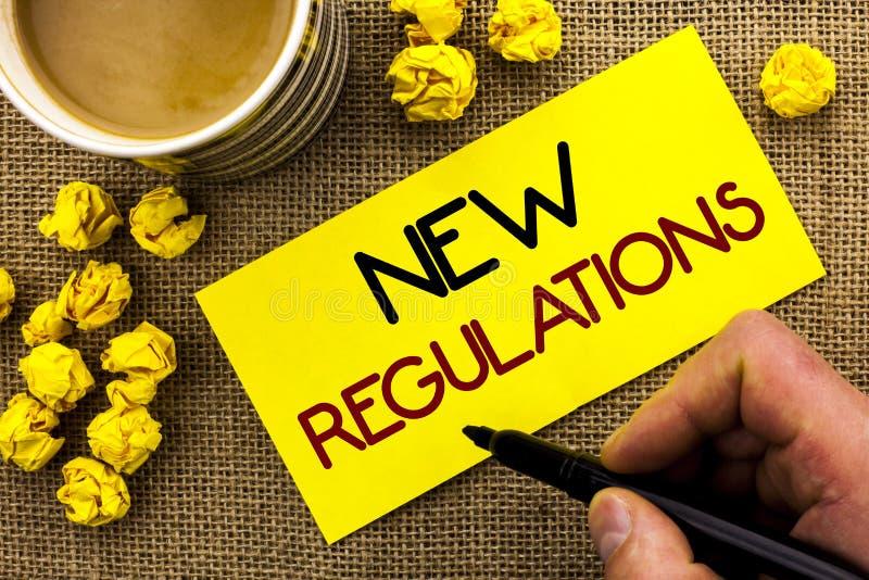 Sinal do texto que mostra regulamentos novos A mudança conceptual da foto das leis ordena as especificações de padrões incorporad imagens de stock
