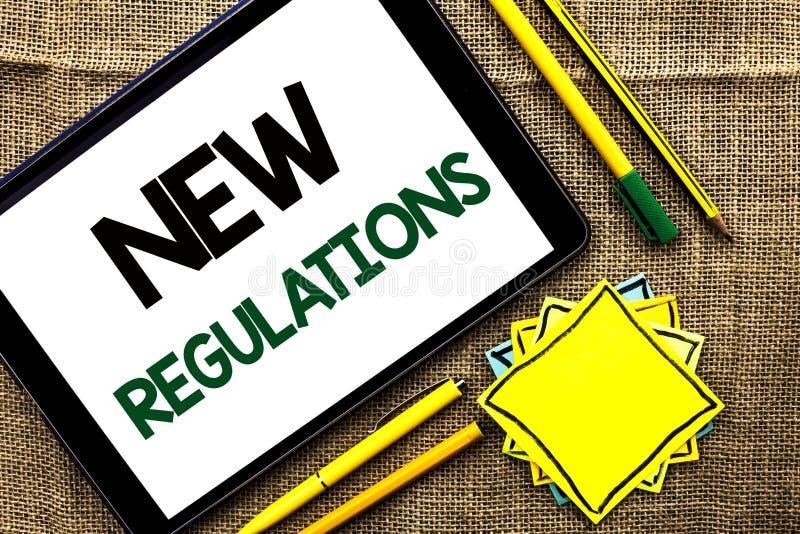 Sinal do texto que mostra regulamentos novos A mudança conceptual da foto das leis ordena as especificações de padrões incorporad fotos de stock