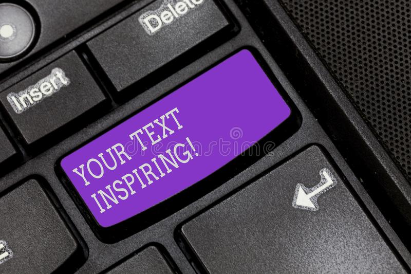 Sinal do texto que mostra seu texto que inspira As palavras conceptuais da foto fazem-no sentir teclado excitando e fortemente en ilustração royalty free