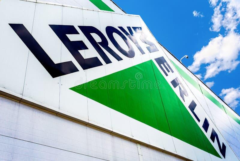 Sinal do tipo de Leroy Merlin contra o c?u azul foto de stock