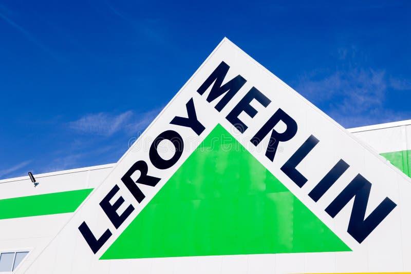 Sinal do tipo de R?ssia Kemerovo 2019-04-02 Leroy Merlin contra o c?u azul Casa-melhoria francesa, ferramentas de constru??o, var imagens de stock