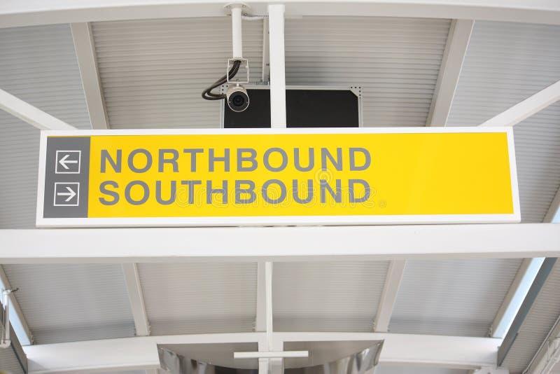 Sinal do trem Northbound, southbound. imagens de stock royalty free
