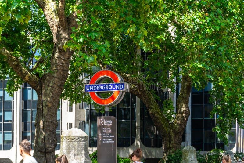 Sinal do tubo em Londres, Inglaterra, Reino Unido foto de stock royalty free