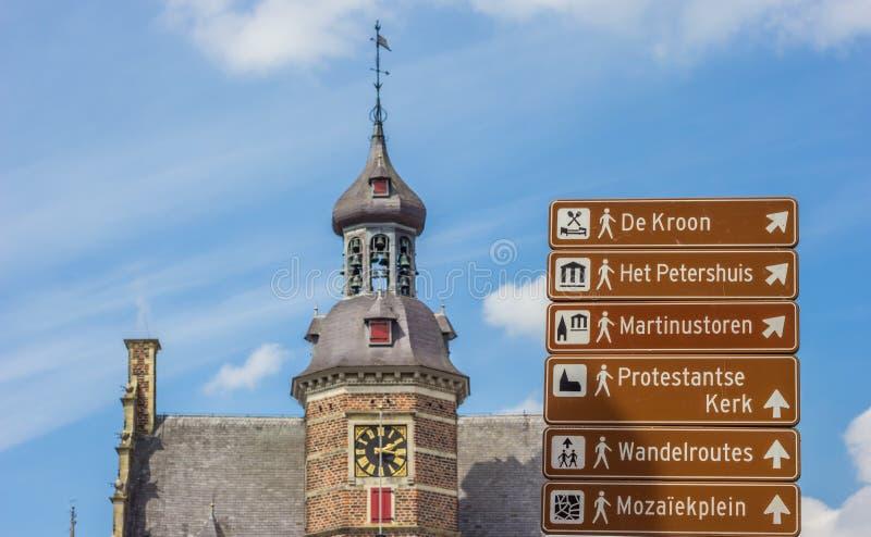 Sinal do turista e o Petershuis em Gennep fotos de stock royalty free