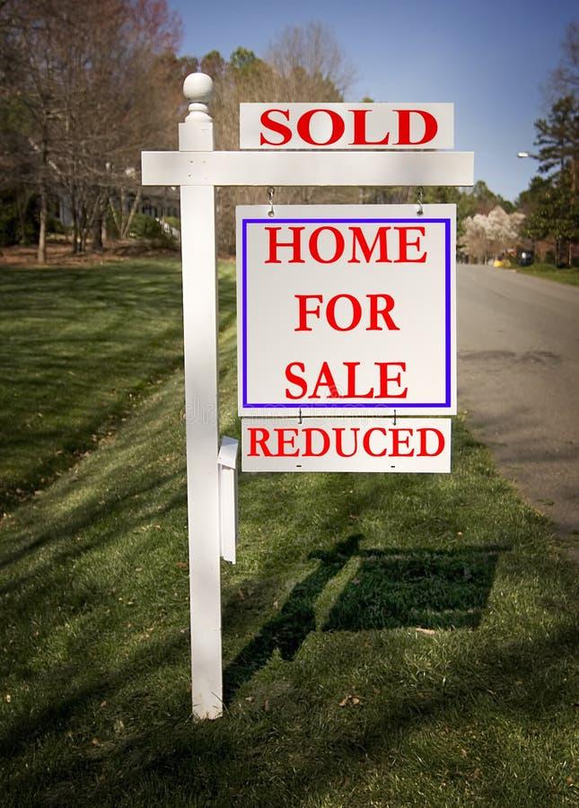 Sinal dos bens imobiliários com vendido e reduzido fotografia de stock royalty free
