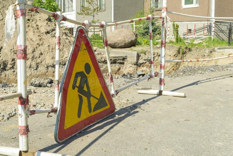 Sinal dos trabalhos de estrada Sob a constru??o Reparo de utilidades subterrâneas fotos de stock royalty free
