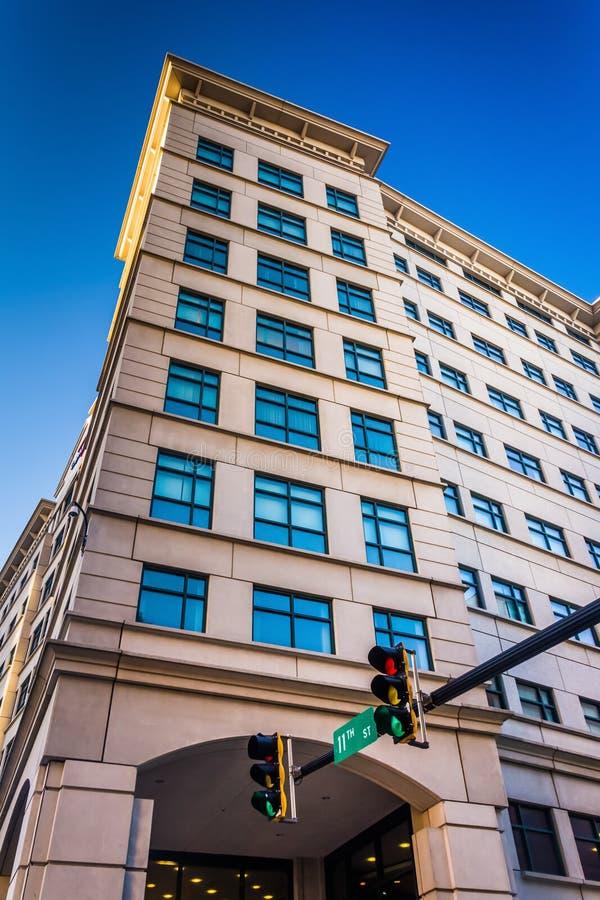Sinal e construção em Wilmington do centro, Delaware imagem de stock