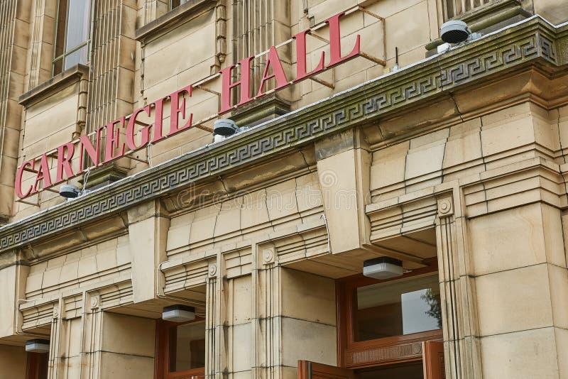 Sinal e entrada na sala de concertos de Carnegie em Dunfermline, Escócia imagens de stock royalty free