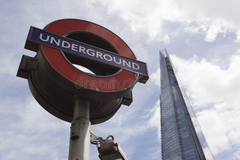 Sinal e estilhaço subterrâneos de Londres fotografia de stock