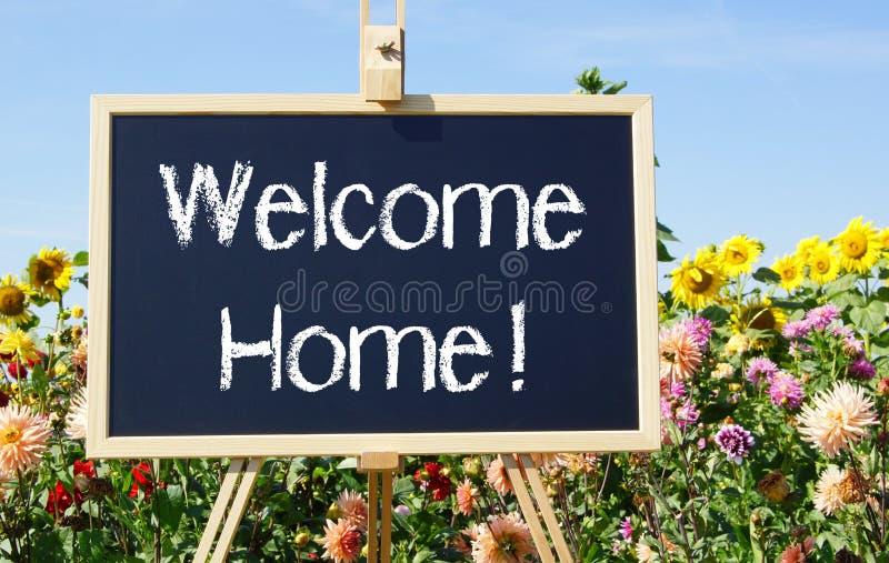 Sinal e flores home bem-vindos imagens de stock royalty free