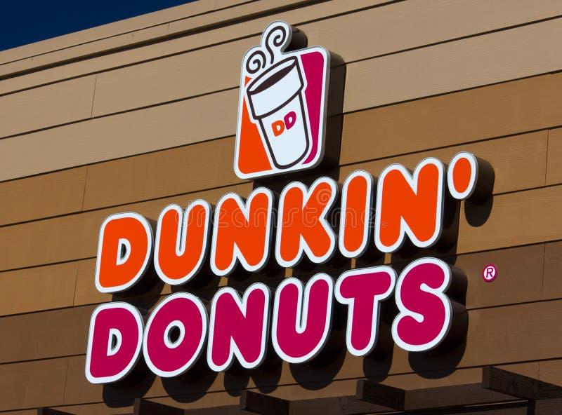 Sinal e logotipo dos anéis de espuma de Dunkin foto de stock