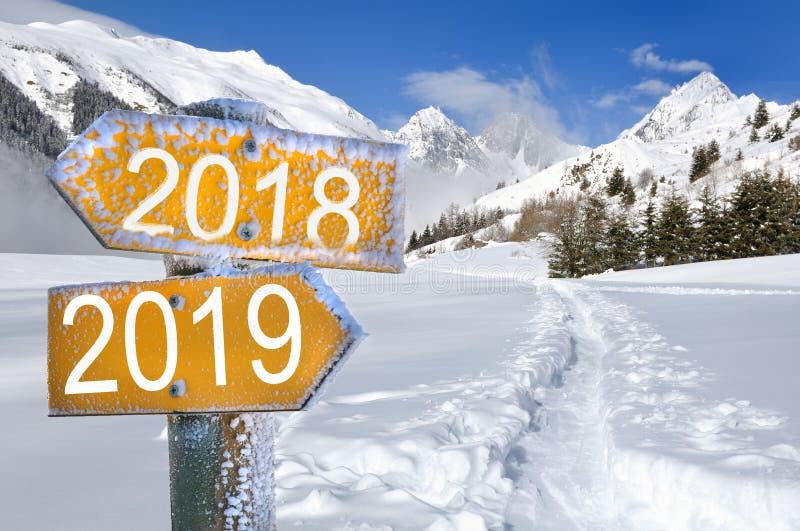 Sinal 2018 e 2019 na neve fotos de stock royalty free
