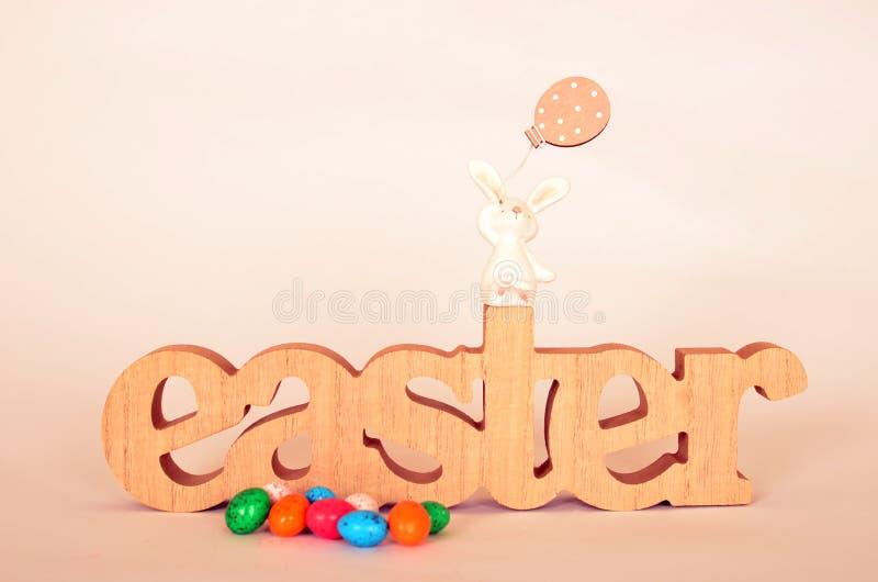 Sinal e ovos da páscoa de madeira da Páscoa imagem de stock royalty free