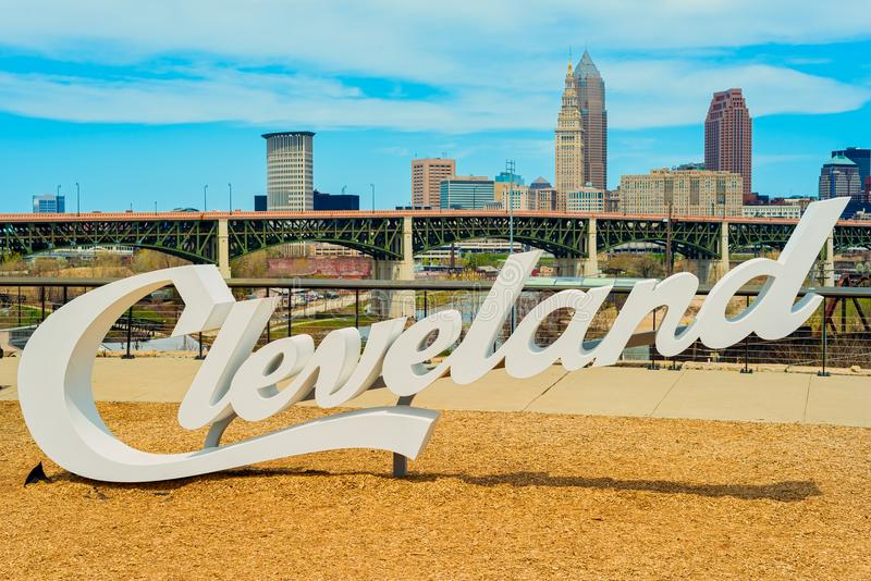Sinal e skyline de Cleveland imagens de stock royalty free