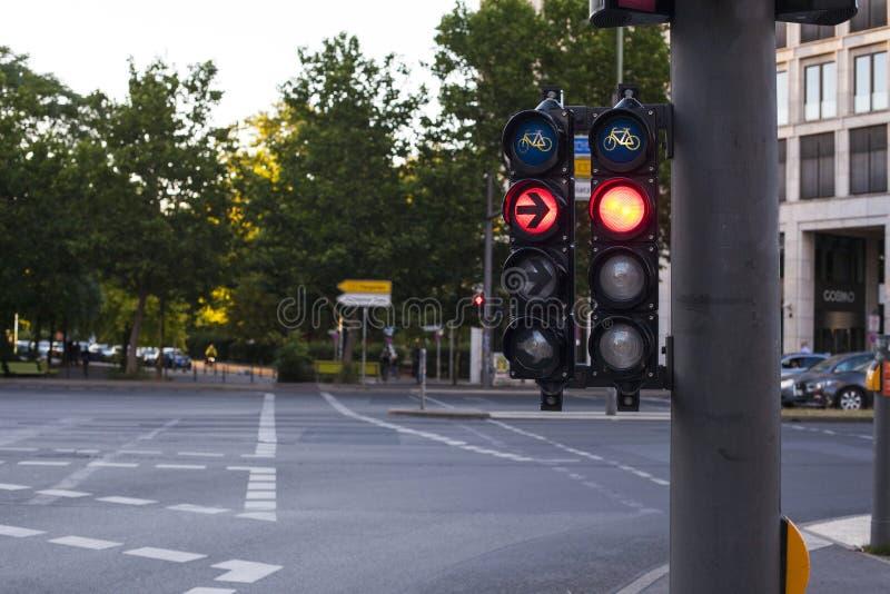 Sinal em Berlin Germany Passeio e cruzamento da bicicleta foto de stock