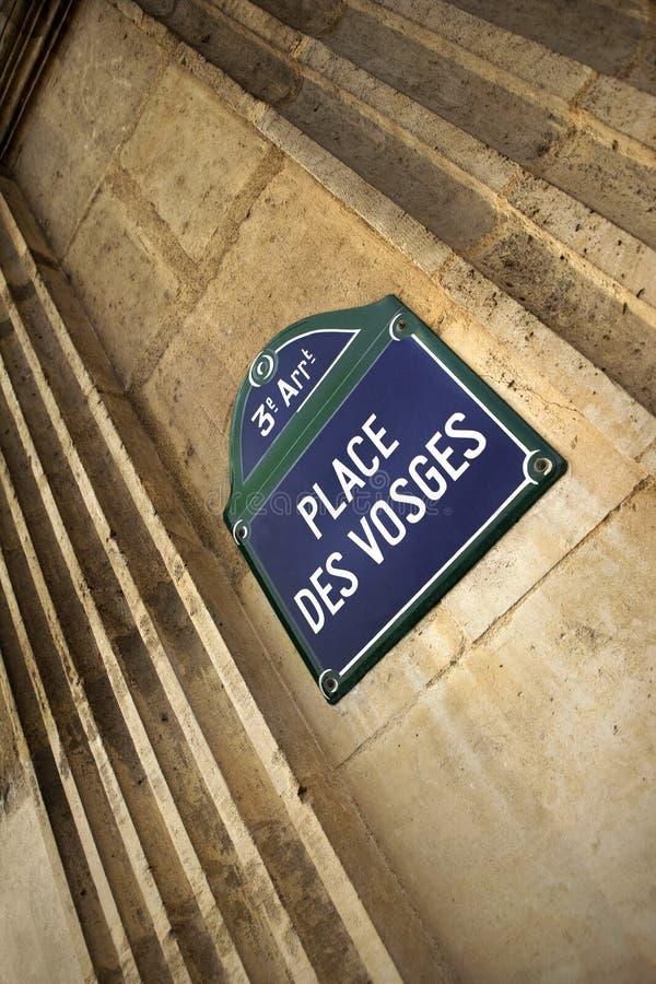 Sinal em DES Vosges do lugar, Paris imagem de stock royalty free