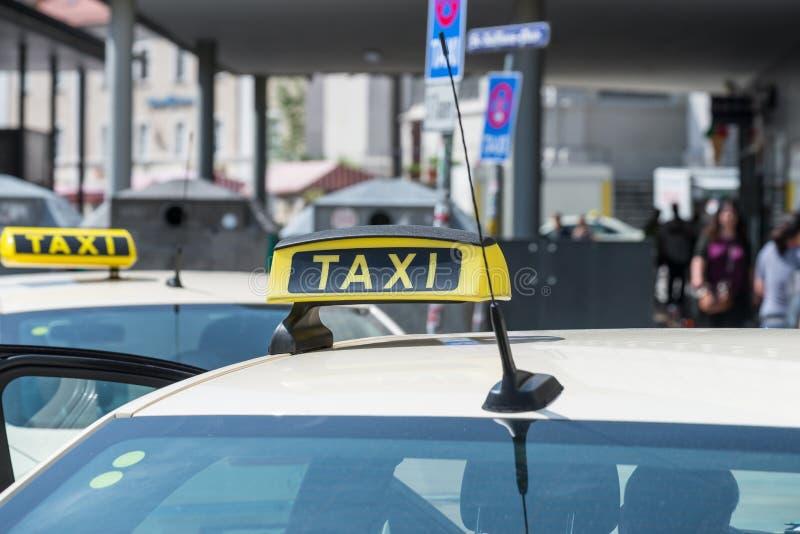 Sinal em um táxi, Alemanha do táxi fotografia de stock