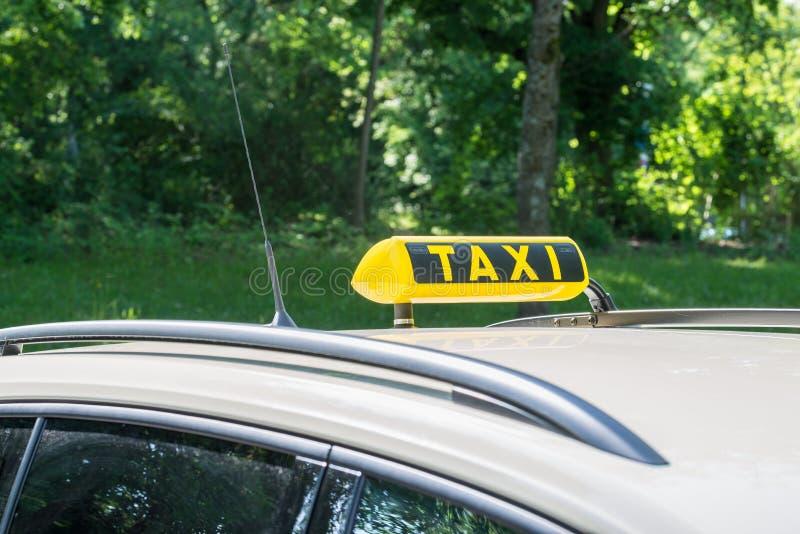 Sinal em um táxi, Alemanha do táxi imagens de stock