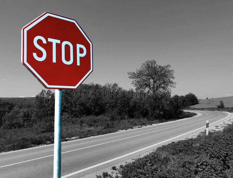 Sinal enorme da parada em uma passagem proibida maneira do curso da estrada foto de stock