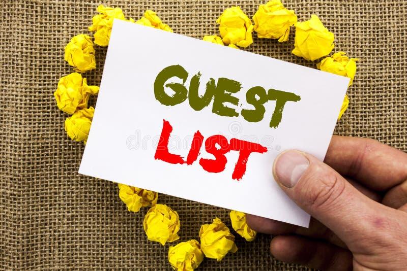 Sinal escrito à mão do texto que mostra a lista do convidado o casamento ou o evento conceptual do planeamento da foto convidados fotografia de stock royalty free