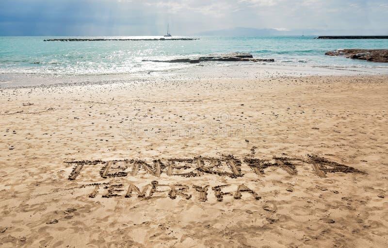 Sinal escrito à mão na areia do ouro - praia de Torviscas em Costa Adeje, Tenerife - Ilhas Canárias fotografia de stock