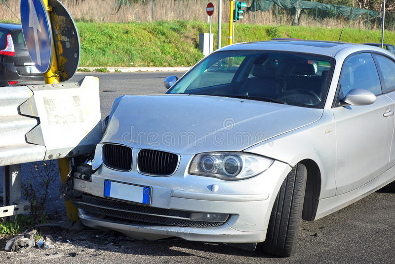 Sinal esmagado carro do acidente imagens de stock royalty free