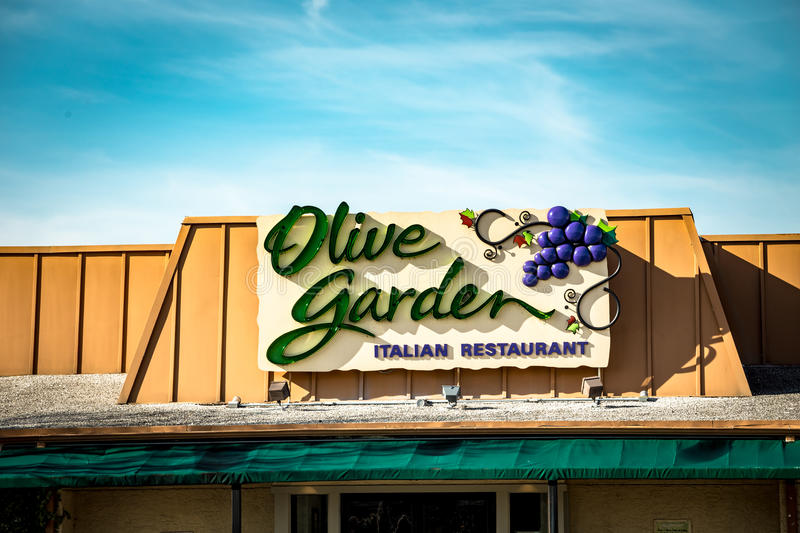 Sinal exterior do restaurante de Olive Garden Italian Kitchen fotografia de stock royalty free