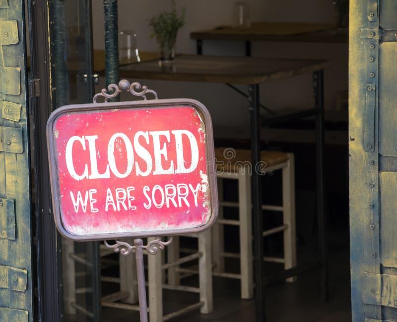 Sinal fechado fora de uma janela da loja imagem de stock royalty free