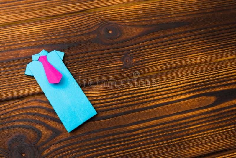 Sinal feliz do dia de pais nas camisas de papel colocadas no backround de madeira do assoalho fotografia de stock