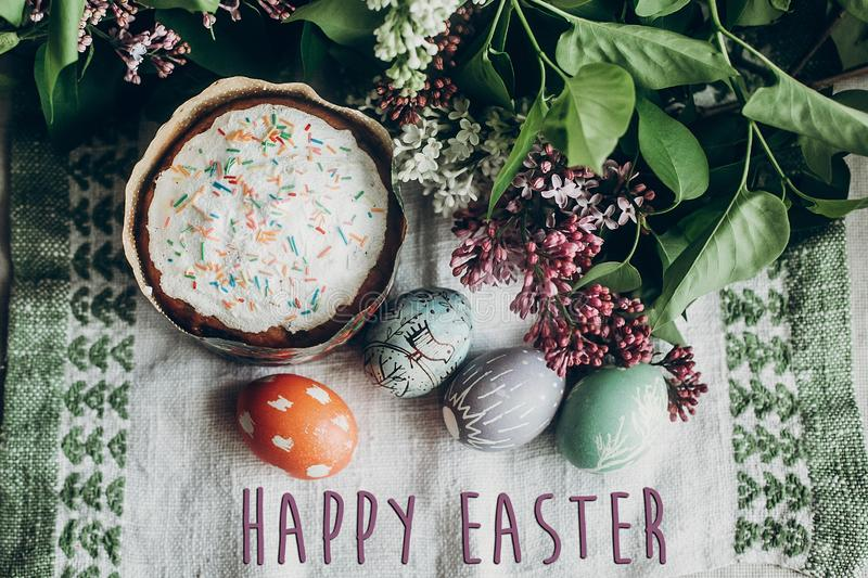 Sinal feliz do texto de easter no bolo de easter e no ovo decorado colorido foto de stock