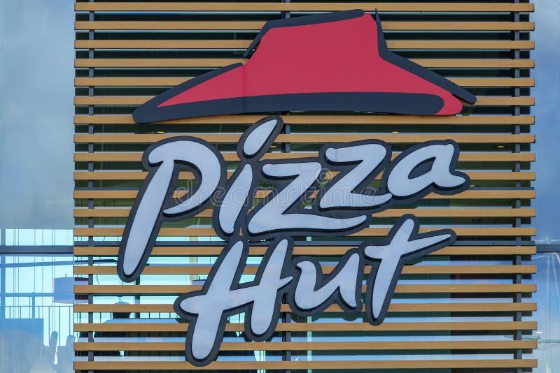 Sinal fora do restaurante de Pizza Hut Empresa de fast food americana fotos de stock