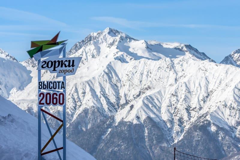 Sinal grande da estância de esqui da montanha de Gorky Gorod colocada no cirque 2060 m de Aibga acima de s L na montagem nevado C foto de stock