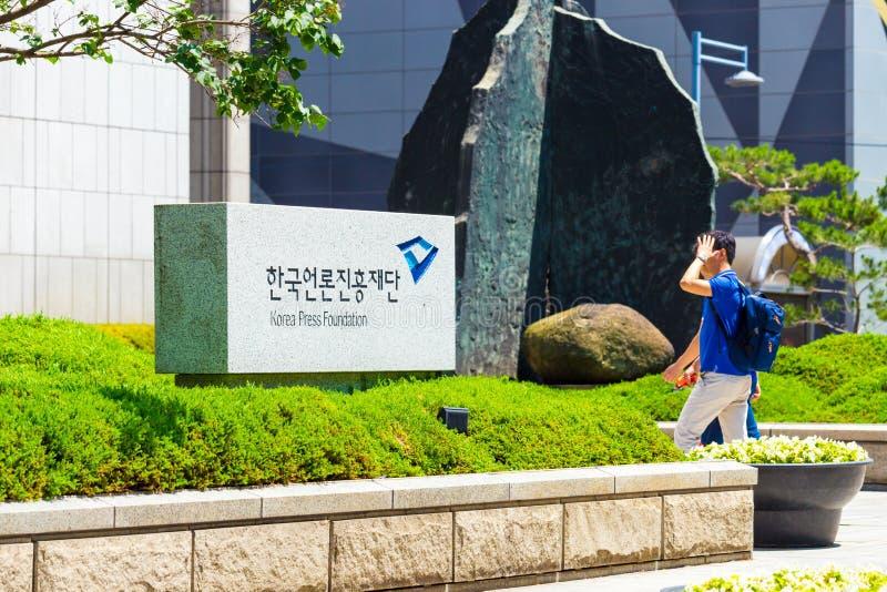Sinal H da entrada da fundação da imprensa de Seoul Coreia imagens de stock