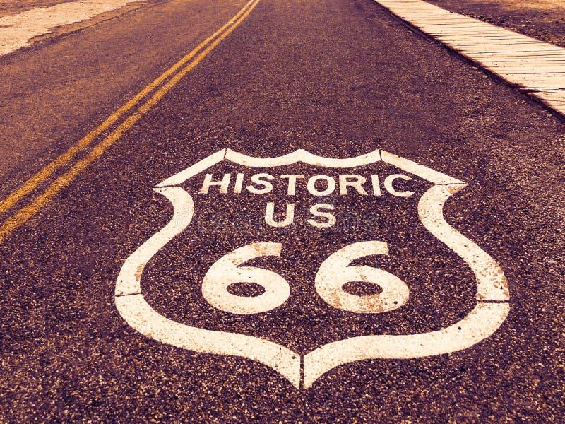 Sinal histórico da estrada dos E.U. Route 66 no asfalto em Oatman, o Arizona, Estados Unidos A imagem foi feita durante uma viage foto de stock royalty free