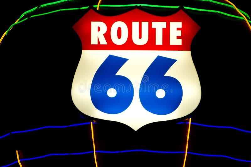 Sinal histórico da rota 66 com luzes de néon fotos de stock