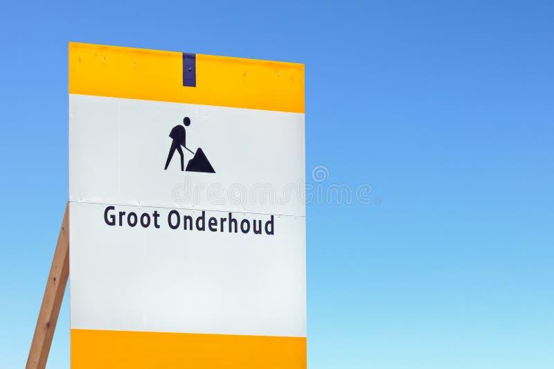 Sinal holandês da manutenção de estrada contra um céu azul foto de stock